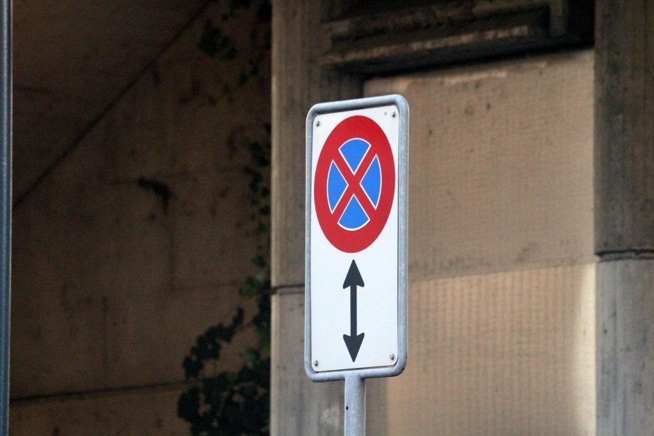 Знак для запрещения остановки автомобилю