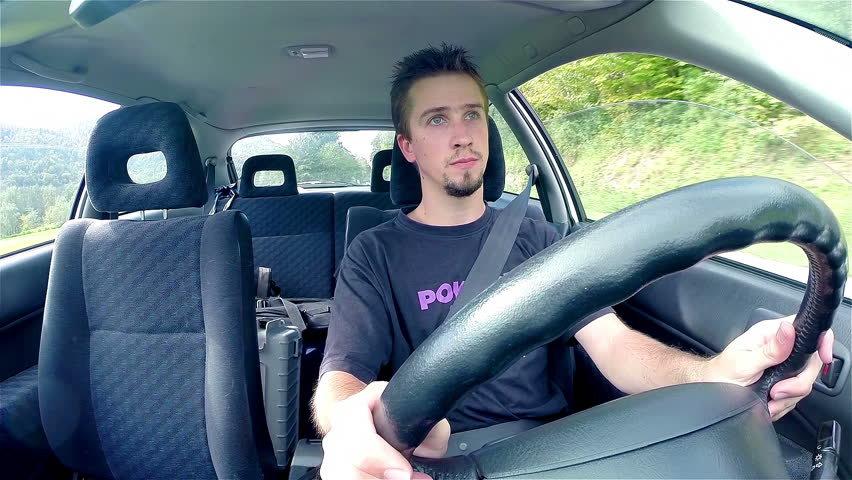 Парень ведет машину