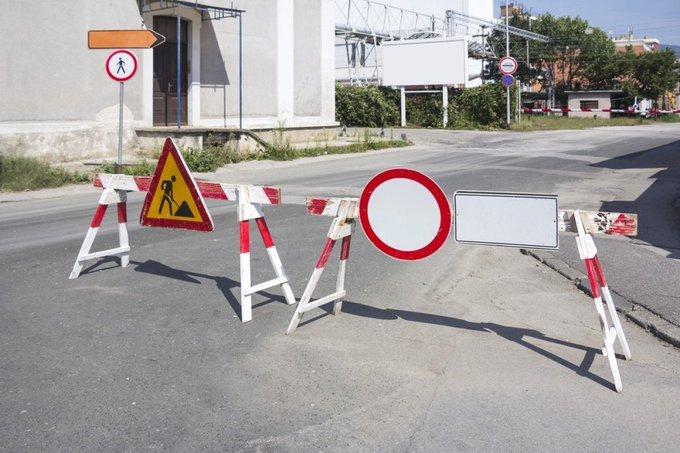 знак 3.2 на дорожных заграждениях