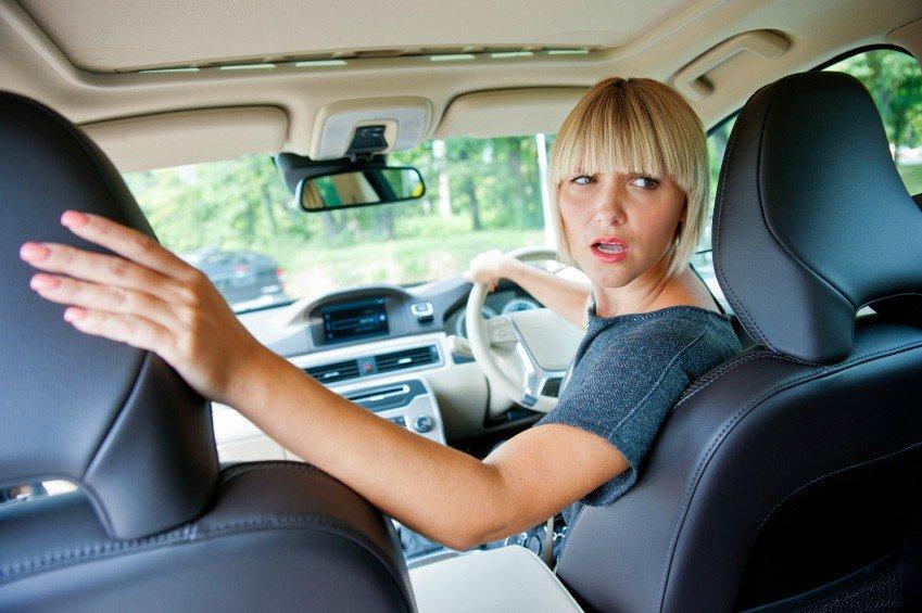 водитель при движении задним ходом