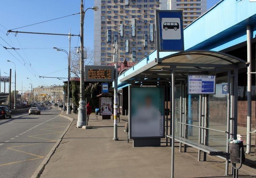 остановка автомобиля на остановке общественного транспорта