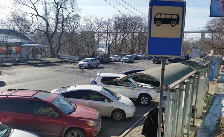 высадка пассажиров на остановке общественного транспорта
